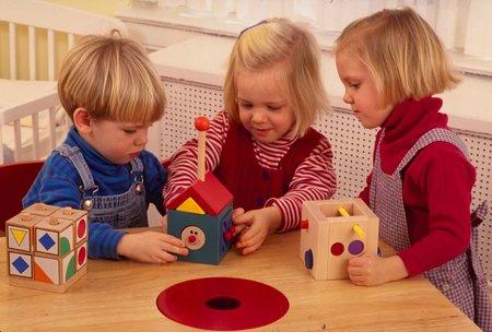 Nhiều kỹ năng học đường được bé học thông qua việc chơi.