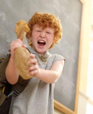 Nên nhắc nhở con nhẹ nhàng và thường xuyên để trẻ không lặp lại những thói quen xấu. Ảnh Getty images.